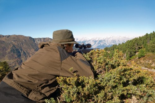 hunter looking through swarovski z3 scope